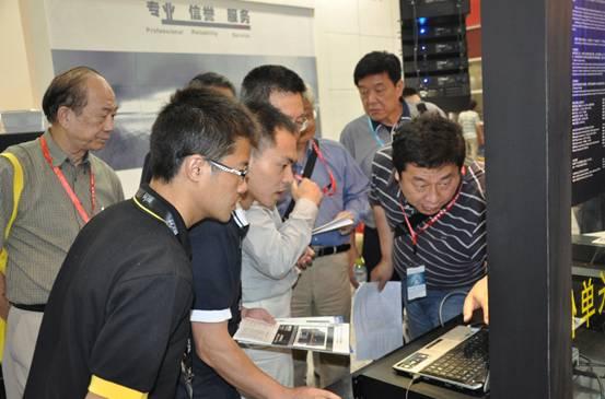宝业恒技术人员向专家组详细地讲解产品性能