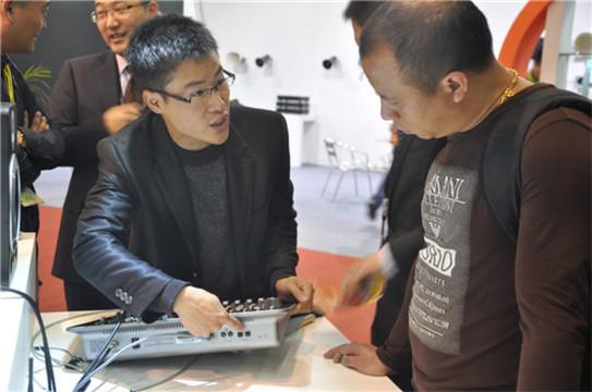 C-MARK工作人员为观展嘉宾展示数字调音台后面的接口