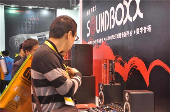 观展嘉宾在SOUNDBOXX展示台前流连忘返
