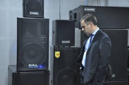 总领事Ole Lindholm 先生被宝业恒网络数字有源音箱深深吸引了